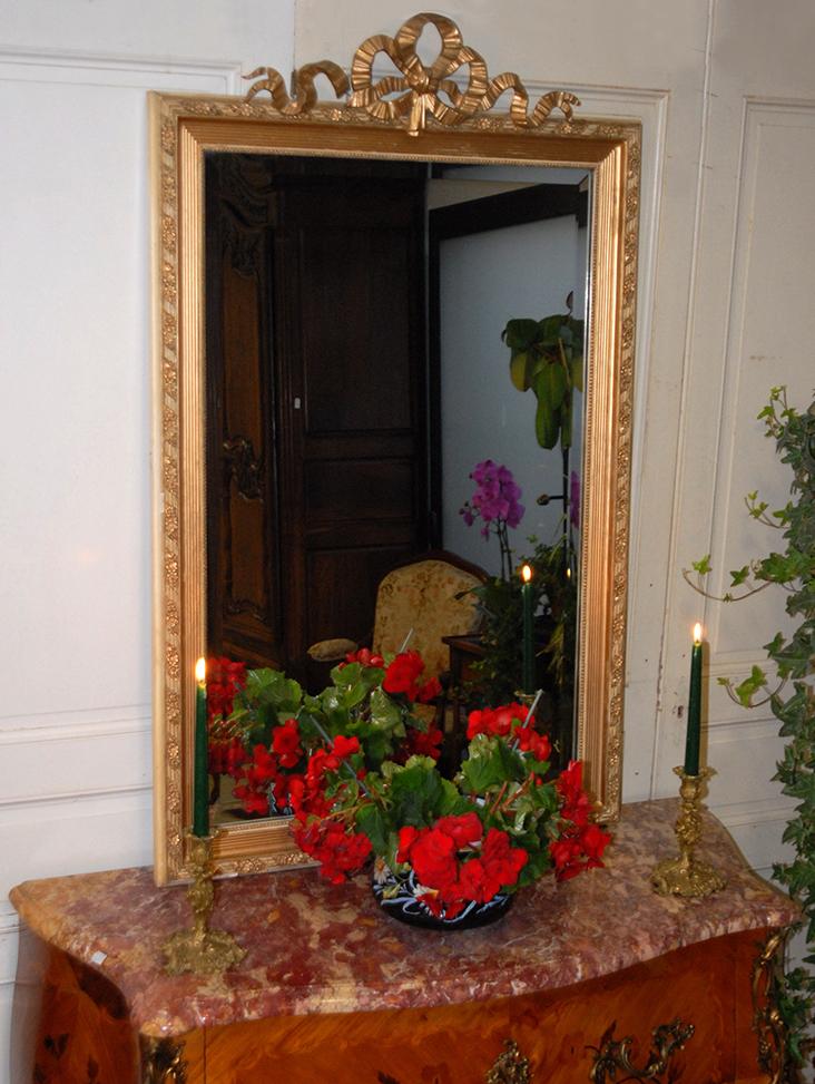Miroir De Style Louis XVI En Stuc, Bois Doré Et Laqué, Tons Crème Et Or