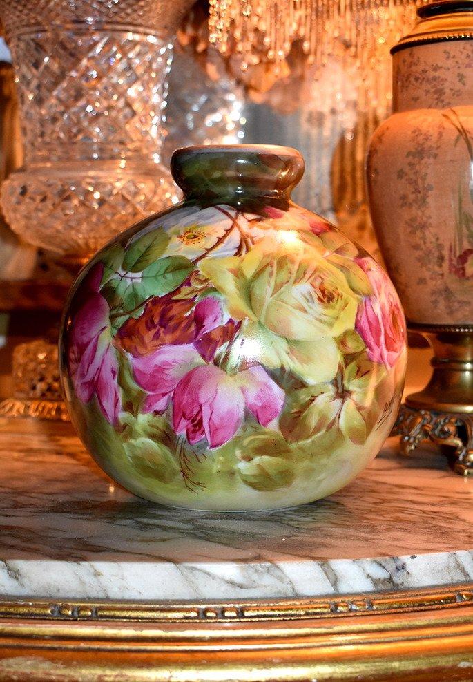 Vase Boule En Porcelaine De Limoges, Décor De Roses Entièrement Peint Main