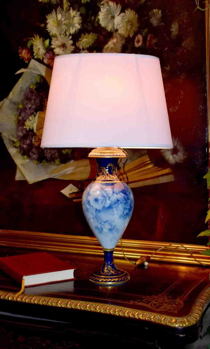 Lampe En Porcelaine De Limoges, Décor De Roses En Camaïeu De Bleu Signé Marcadet, Bleu De Four