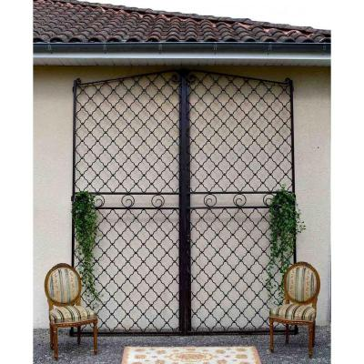Very large gate in wrought iron, quite good state, no key. Mid 50s<br />