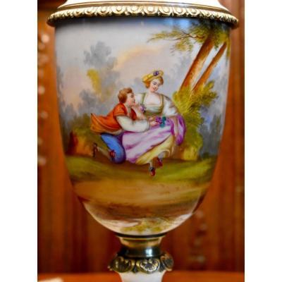Grande Lampe En Porcelaine Et Bronze Doré à Décor De Scène Galante, Décor Peint Main, XIX -ème