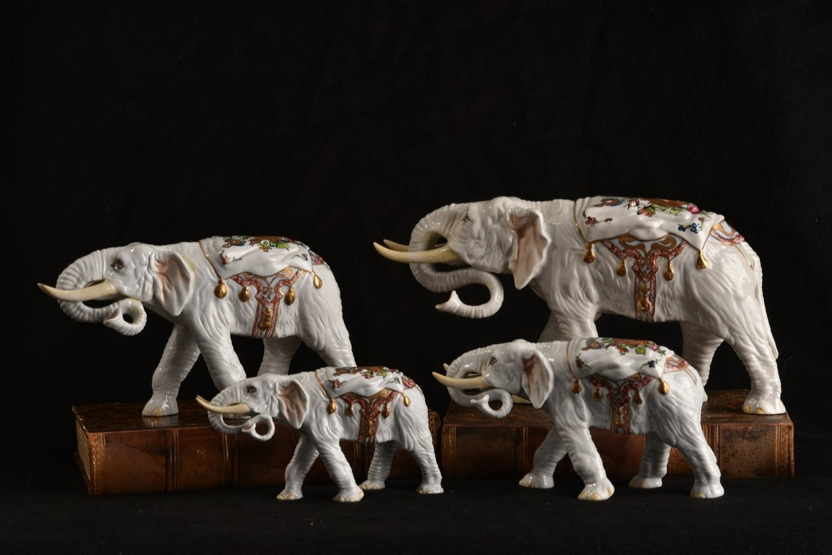 Groupe D'éléphants. Porcelaine XXème.