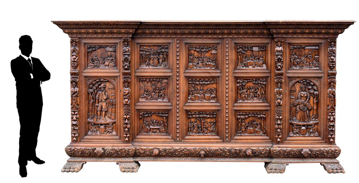 Exceptionnelle Armoire Richement Sculptée Renaissance