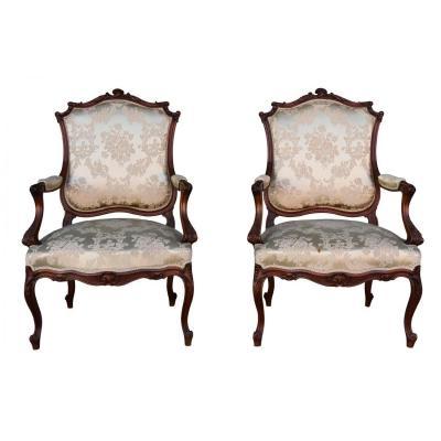 Paire De Fauteuil De Style Louis XV En Noyer Recouverte De Soie