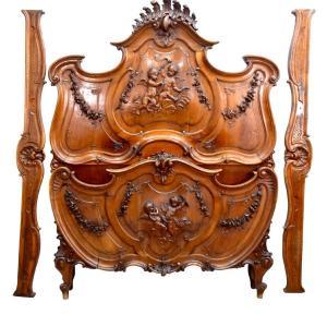 Exceptionnel Lit Baroque De Style Louis XV En Noyer Sculpté Aux Bébés