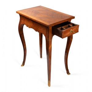 Petite table de salon estampillée Desforges