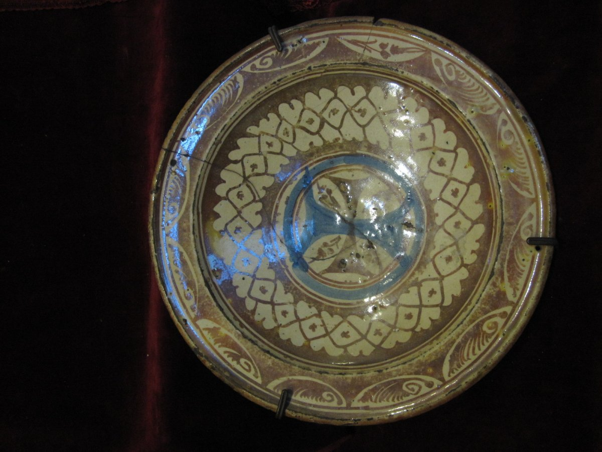 Ceramic Plate With Golden Reflections With The Shield Of The Mercedary Order. 16th-17th Century