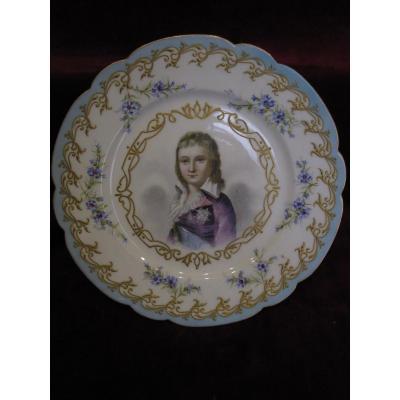 Assiette En Porcelaine De Sèvres. Portrait Du Dauphin Louis XVII