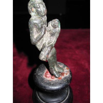 Isis Avec Harpocrate. Statuette En Bronze d'époque Ptolémaïque.