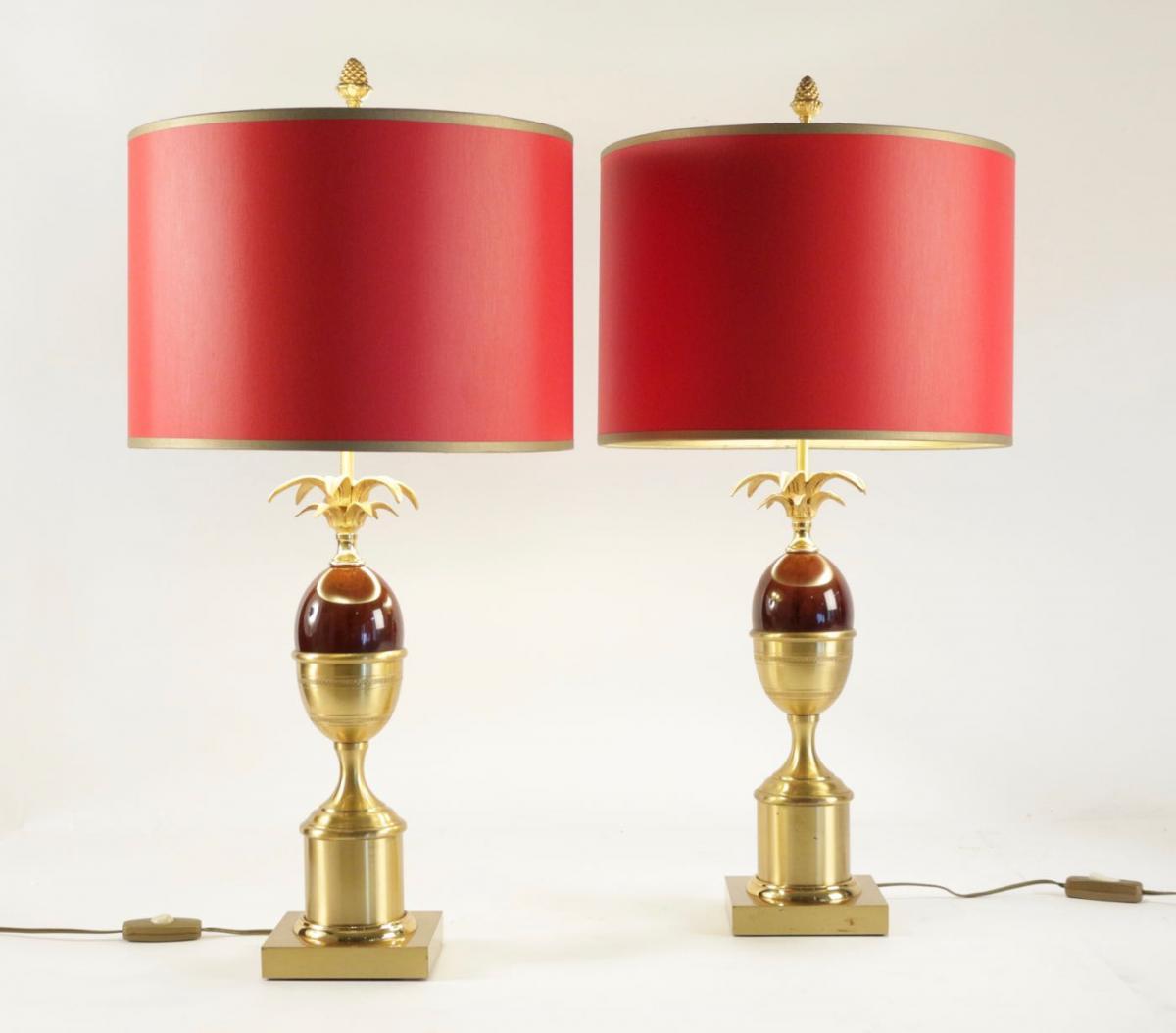 Paire De Lampes Des Années 1960 En Laiton Et Résine De Couleur Rouge Dans Le Goût De Charles.