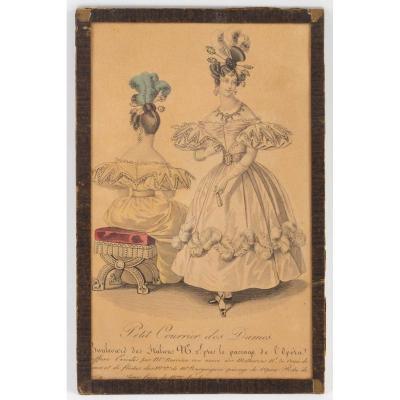 Gravure Du 19ème Siècle, Sous Verre, Représentant Une Elegante De Face Et De Dos