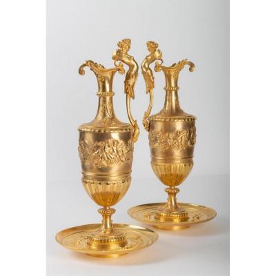 Paire d'Aiguières En Bronze Doré et Ciselé à Décor de Putti