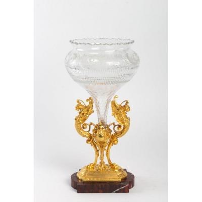 Vase en cristal taillé et bronze doré sur un socle de marbre griotte