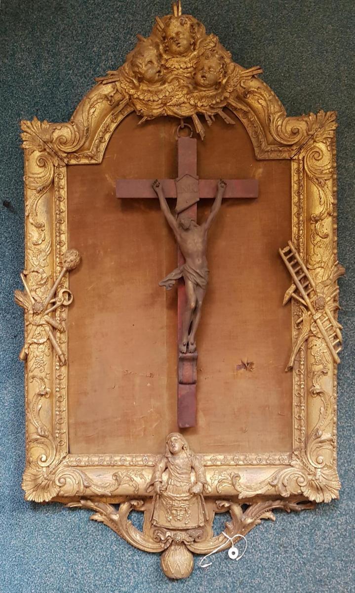 Crucifix En métal Dans Un Cadre En Bois Doré Aux Attributs De La Passion Et De Sainte Véroniqu