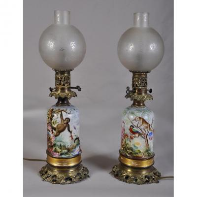 Paire De Lampe En Porcelaine à Décor De Singe Et d'Oiseaux Exotiques
