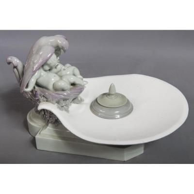 Encrier En Porcelaine De Sèvres à Décor De Putti Protégés Par Une Colombe