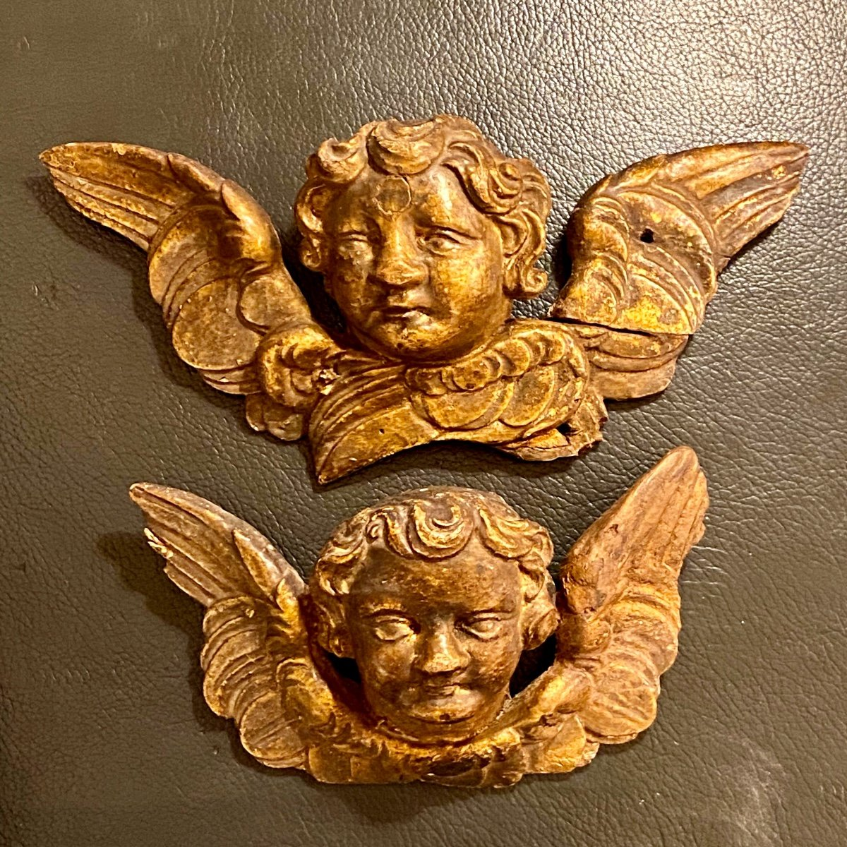 Paire D'angelots Baroques En Bois Dorés Sculptés