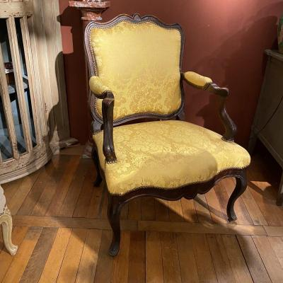 Large Regency armchair from the 18th century, re-upholstered in yellow Lyon damask.<br /> &nbsp;beautiful windings of the woodwork of this very elegant seat