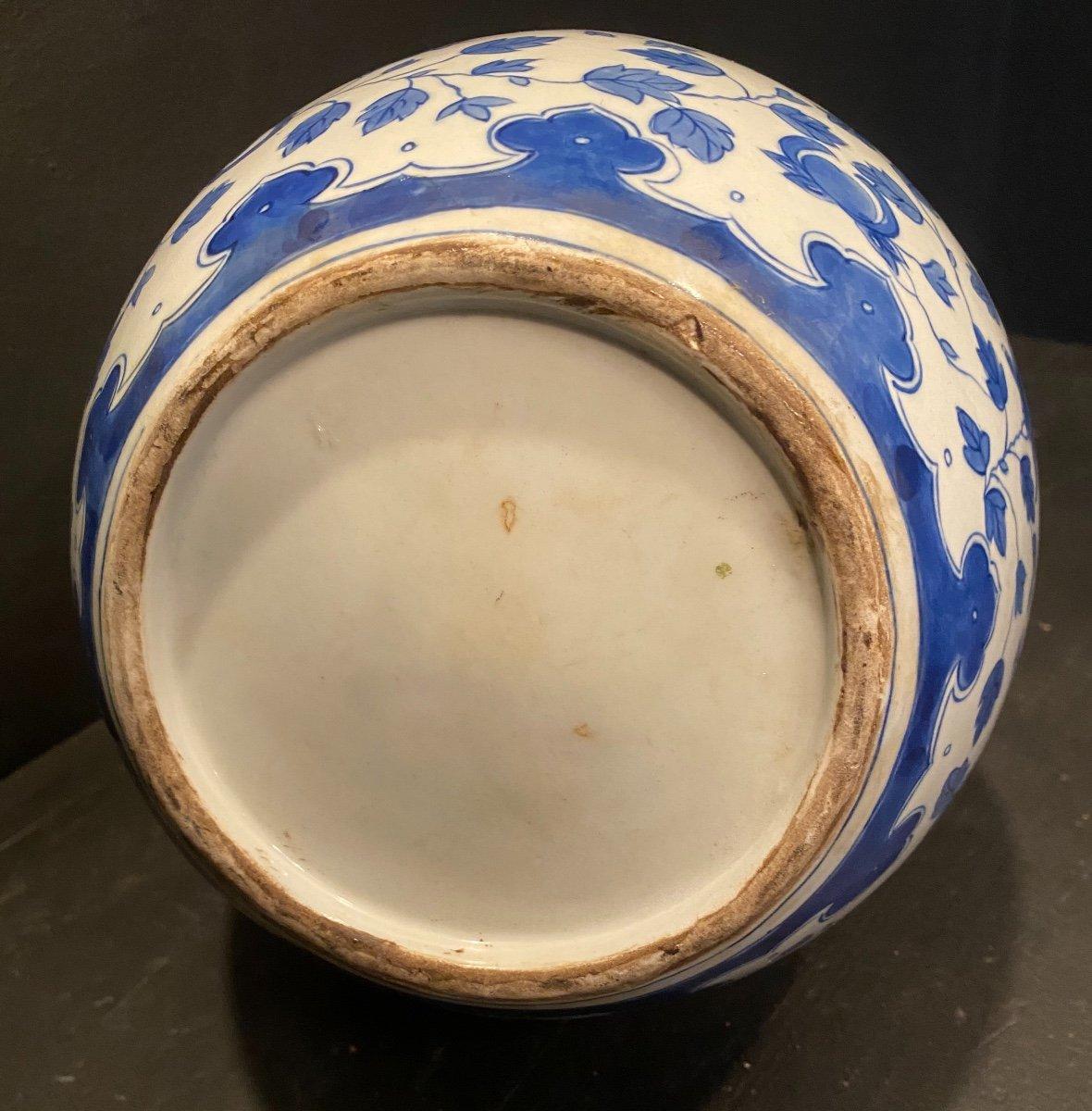 Vase Blanc à Décor Bleu .-photo-1