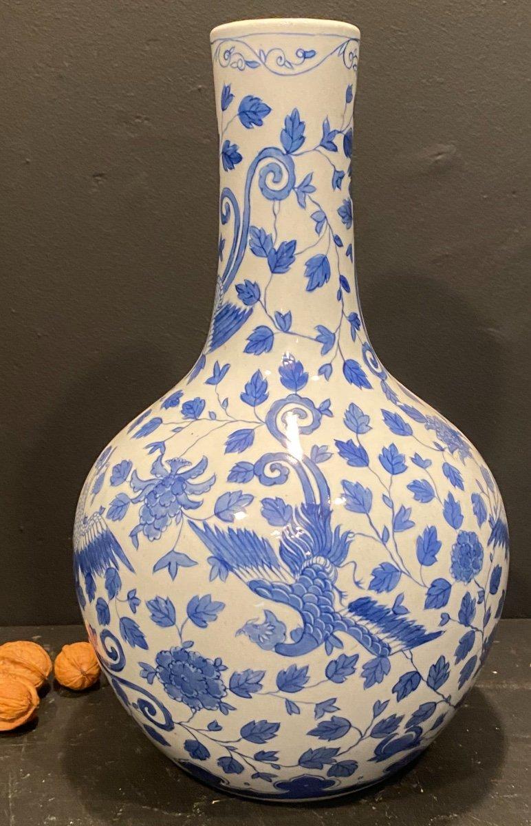 Vase Blanc à Décor Bleu .