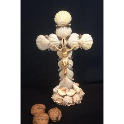 Christ Sur Un Crucifix En Coquillages