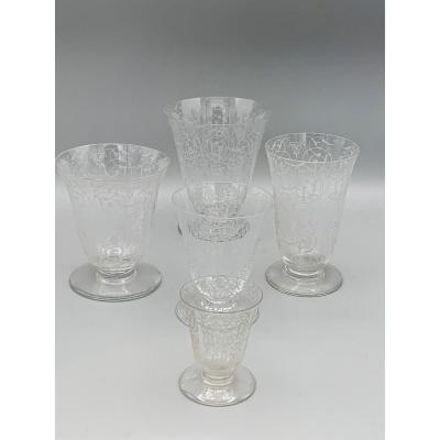 The Michel Angelo model is created by Baccacart circa 1910.<br /> <br /> The set consist of 44 glasses;<br /> <br /> 11 water glasses of 10.2 cm H.<br /> <br /> 11 red wine glasses of 9 cm H.<br /> <br /> 11 white wine glasses of 8.2 cm H<br /> <br /> 11 flutes of 10.2 cm H.