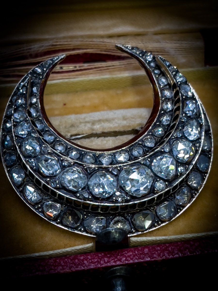 Splendide Broche De «lune De Miel » En  Or 18 Carats