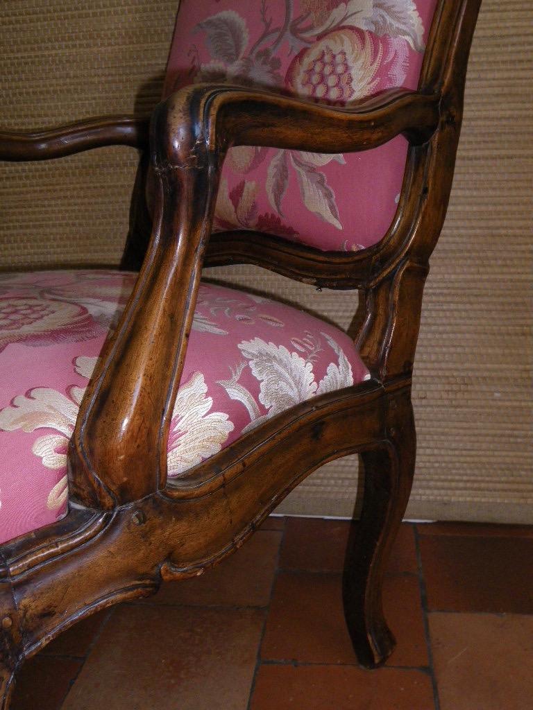 Large Fauteuil à châssis en noyer époque Louis XV Itaie XVIIIe-photo-2