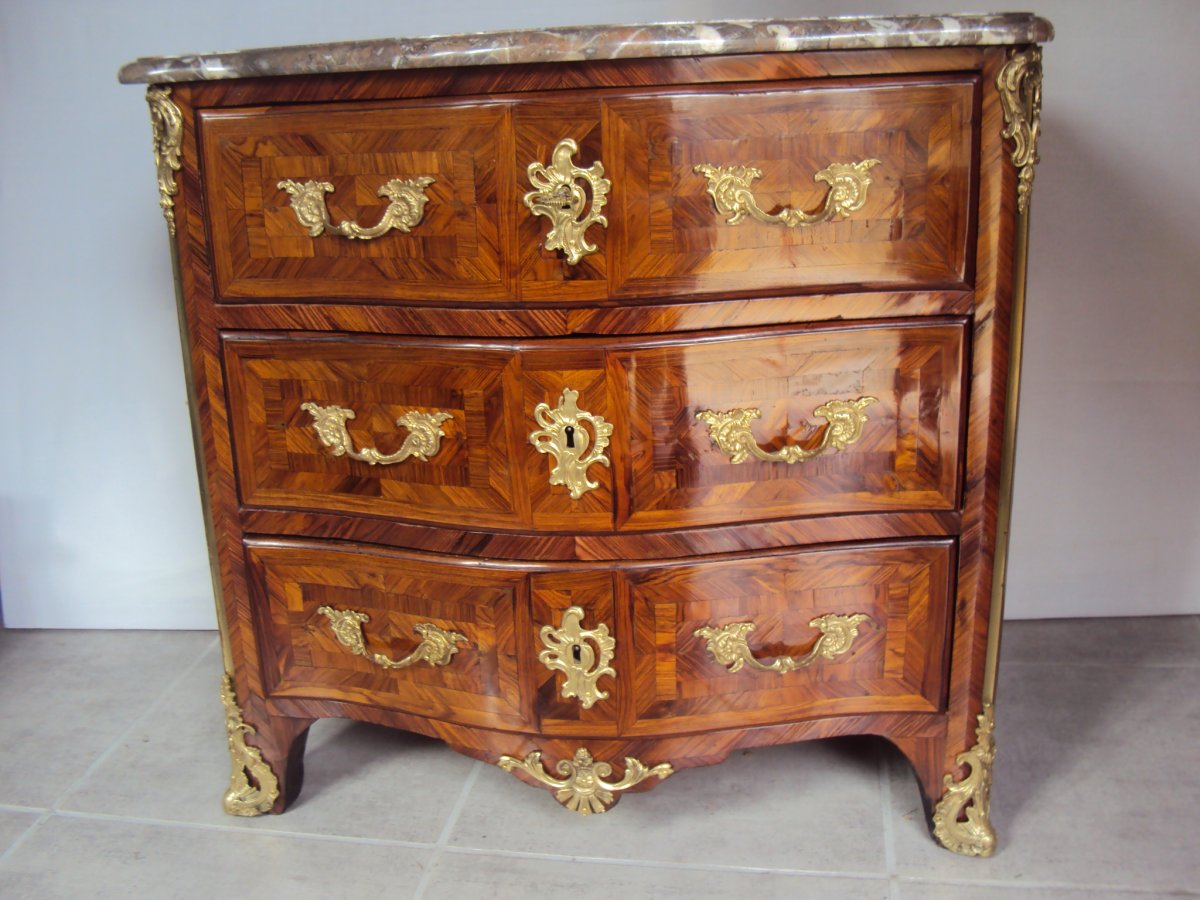 Petite Commode Galbee  placage marqueterie de bois De Violette Epoque XVIIIème