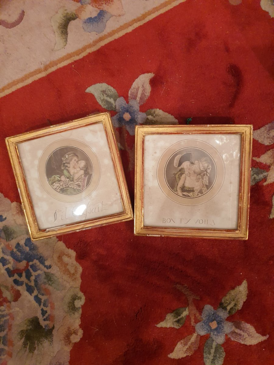 Elegant pair of gallant, round engravings with square, gold framing.&nbsp; .&nbsp; Representing couples in romantic scenes.&nbsp; Very beautiful details of the 18th costmes.&nbsp; .&nbsp; Annotations below.<br /> &nbsp;Very small chips on the frames.<br /> &nbsp;Delivery costs: Metropolitan France 20 euros, Europe 30 euros, rest of the World 45 euros