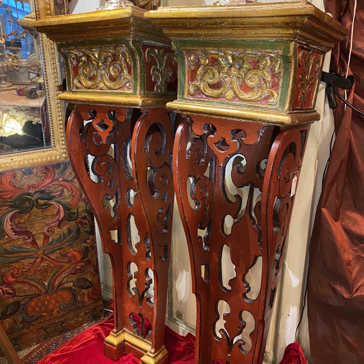 Exceptionnelle paire de sellettes polychromes XVIIIe, Régence.