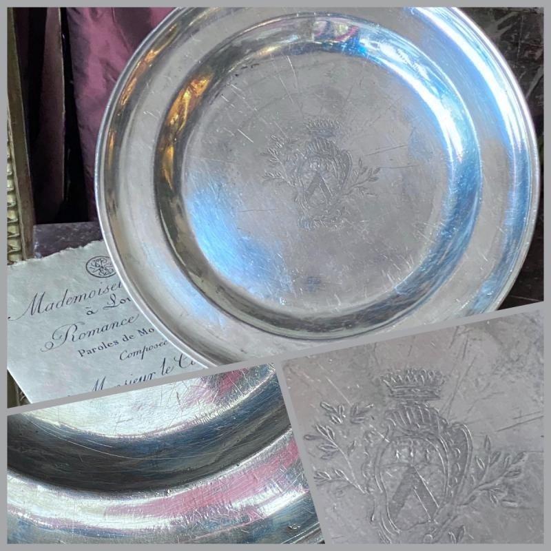 Plat XVIIIe argenté, armorié, sur étain