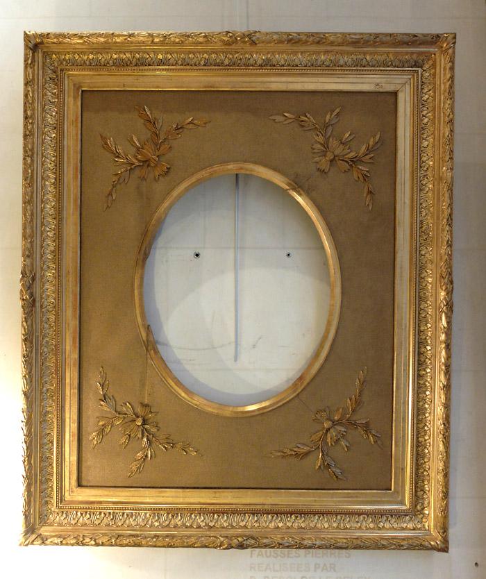 Grand cadre ovale en bois et stuc doré