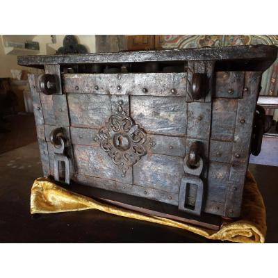 Marine Or Nuremberg Chest In Wrought And Painted Iron - Southern Germany XVIth Century