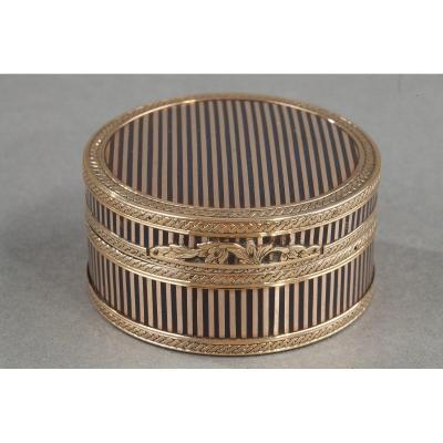 A Louis XVI Gold-mounted Tortoishell Snuff-box.