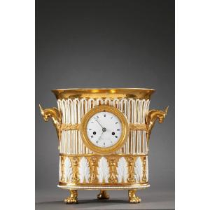 Pendule En Porcelaine. Paris. Première Moitié Du XIXème Siècle.