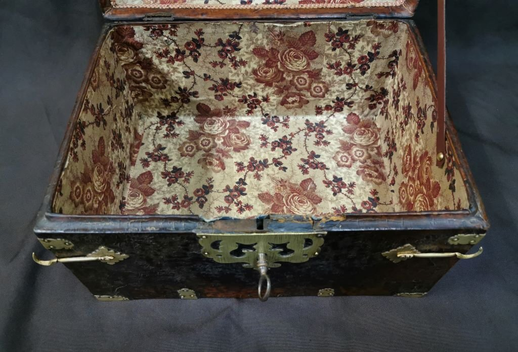 Large Leather Box Louis XIV Period. Late 17th Century-photo-7