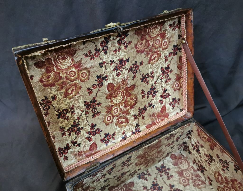 Large Leather Box Louis XIV Period. Late 17th Century-photo-8