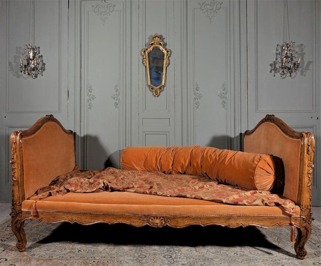Lit d'époque Louis XV En Noyer Mouluré Et Sculpté. Milieu XVIIIème.