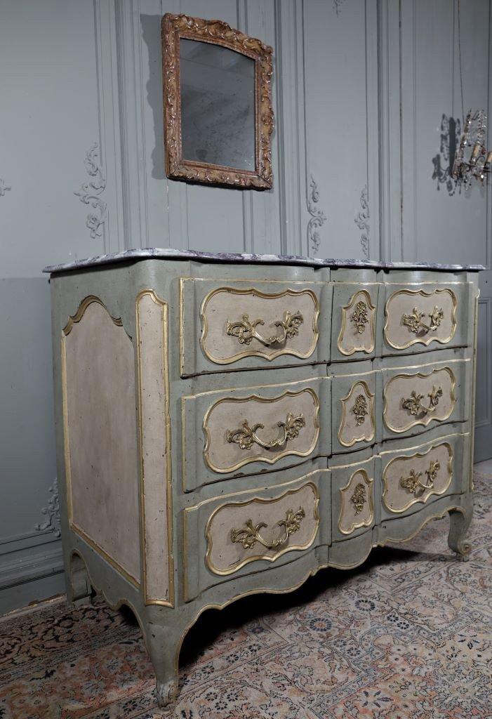 Commode Arbalète Peinte. Epoque Louis XV - Milieu XVIIIème