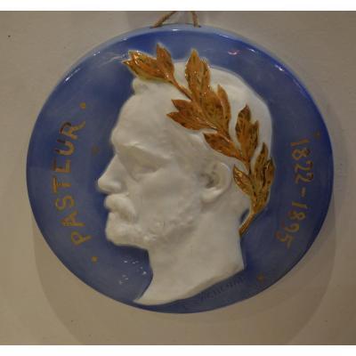 Paire De Médaillons En Porcelaine Pasteur Et Victor Hugo
