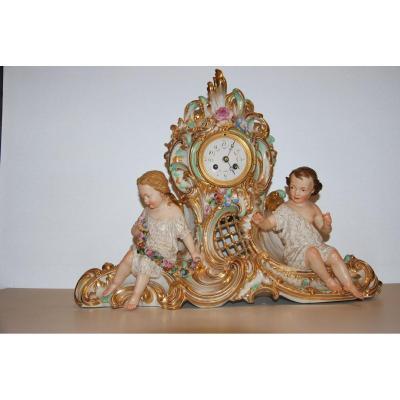 Pendule En Porcelaine à Décor d'Enfants  19ème