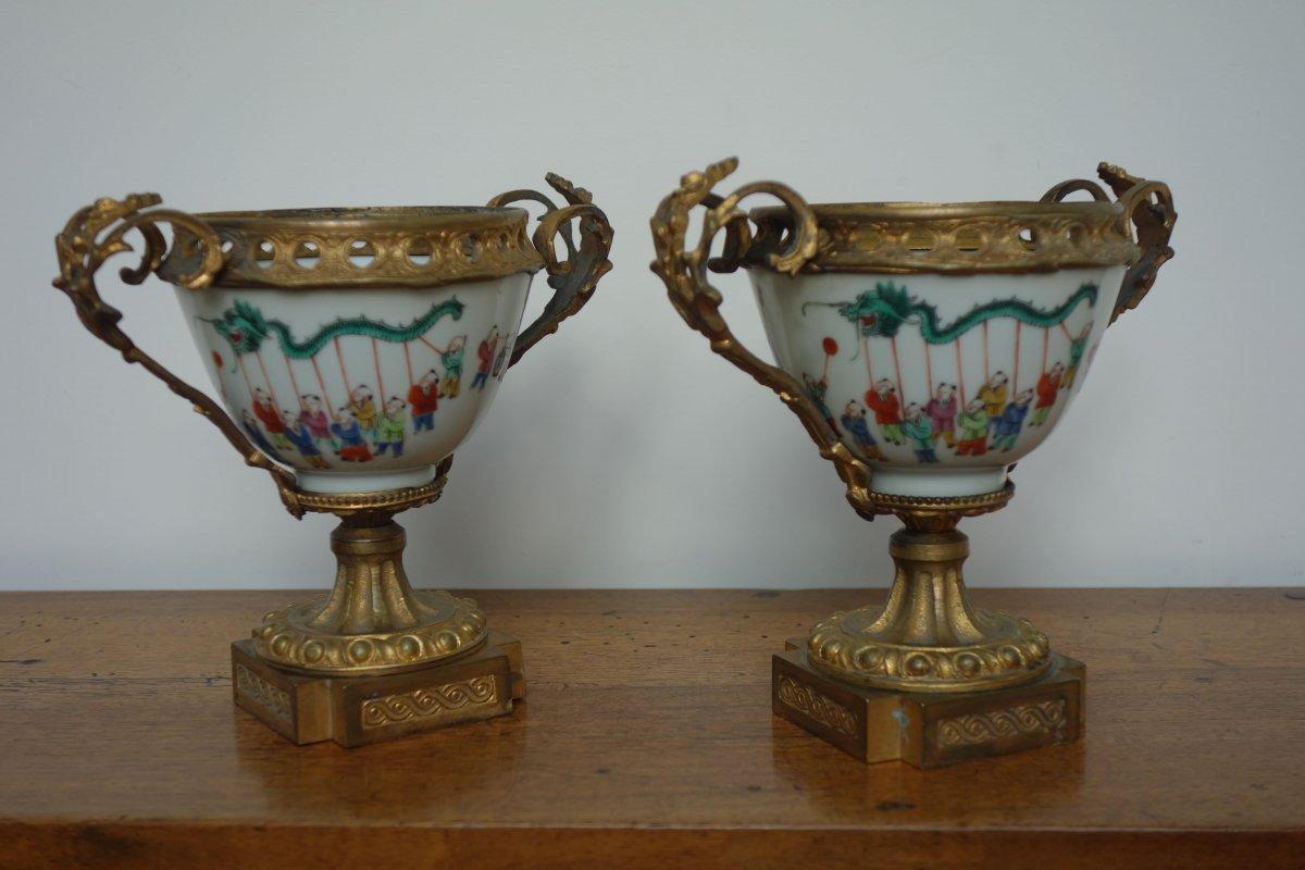 Paire De Coupes En Porcelaine,  Sur Piédouche  En Bronze Ciselé. époque XIXéme