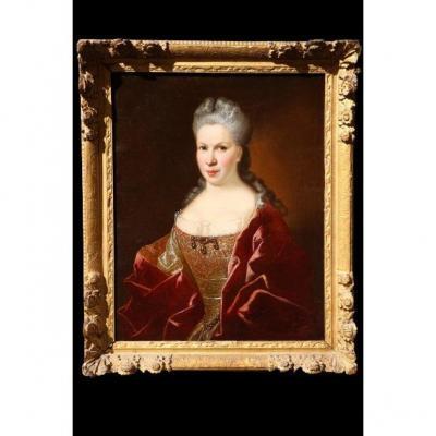 Portrait De Femme élégante En Buste De Trois Quart