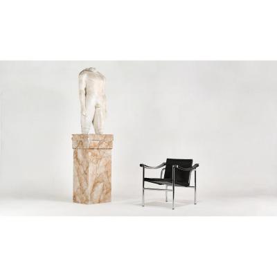 Statue représentant le Couros d'Actium, reproduction ancienne. Sculpture en Plâtre sur colonne en stuc. C.1960.