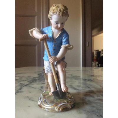 Figurine En Porcelaine De Meissen Représentant Un Jardinier.