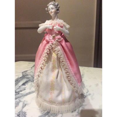 Demi Figurine En Porcelaine Polychrome Allemande  Représentant Une Jeune Fille.
