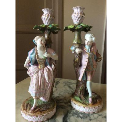 Chantilly:Paire De Bougeoirs En Biscuit Peint Polychrome Représentant Un Couple.