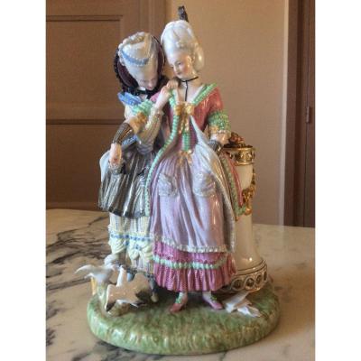 Groupe Polychrome Allégorique En Porcelaine De Meissen Représentant Deux Jeunes Femmes .