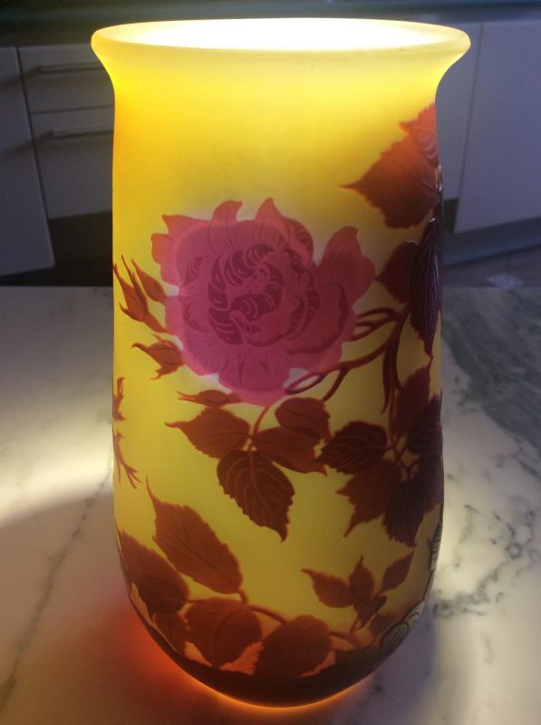 Émile-gallé Vase En Verre Multicouche Dégagé à L'acide à Décor De Roses Sur Fond Jaune.-photo-3